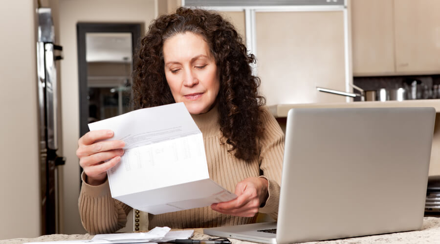 mujer comprueba facturas