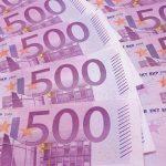 Varios billetes de 500 euros se encuentran esparcidos.